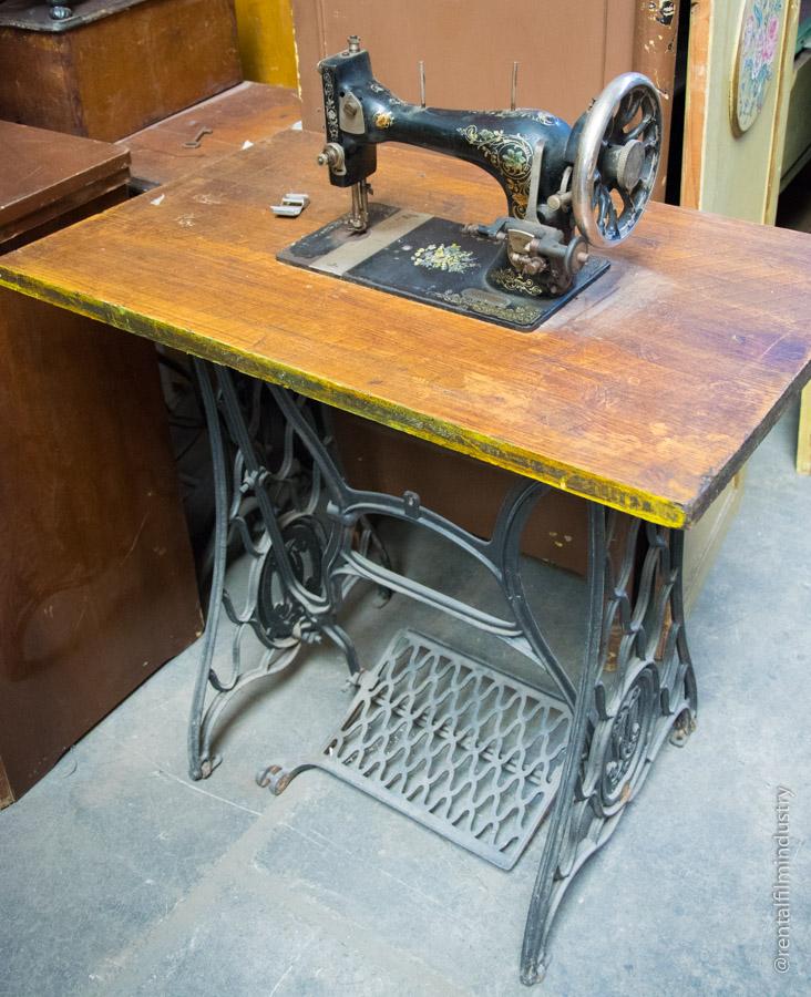 Macchina da cucire decorata nera rental film industry - Tavoli per macchine da cucire ...