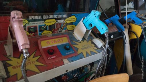 Videogioco anni '80 con pistole dettaglio
