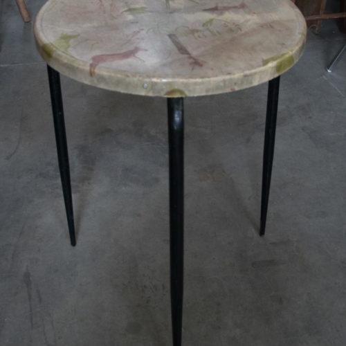 Tavolino da bar in resina disegnato