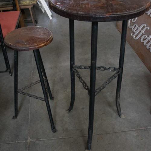 Sgabello e tavolo in legno da pub
