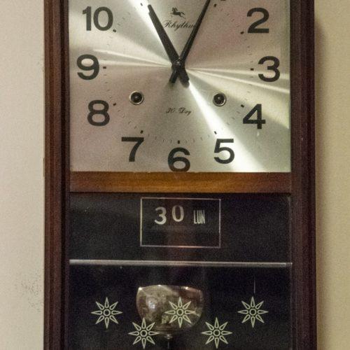Orologio a pendolo da muro con quadrante argentato