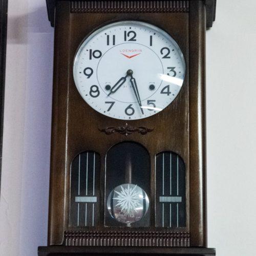 Orologio a pendolo da muro in legno scuro
