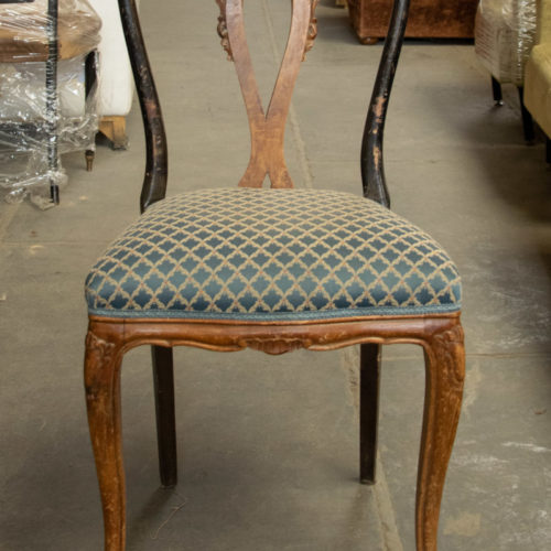 Sedia vintage in legno con seduta azzurra ricamata anni '40