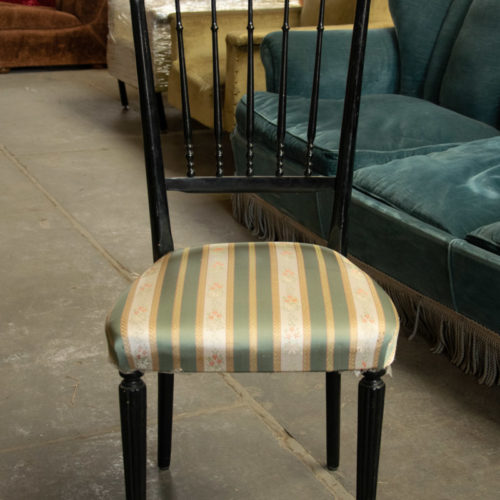 Sedia vintage in legno nero con seduta imbottita ricamata anni '40