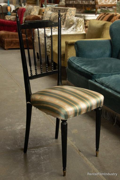 Sedia vintage in legno nero con seduta imbottita ricamata anni '40 lato