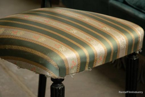 Sedia vintage in legno nero con seduta imbottita ricamata anni '40 dettaglio
