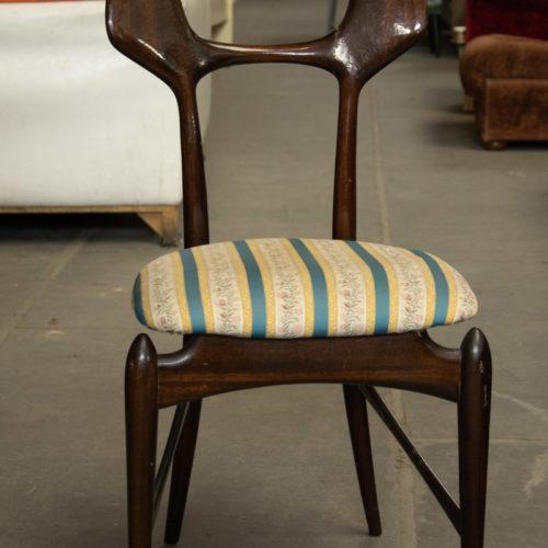 Sedia vintage in legno con ricami azzurro e oro
