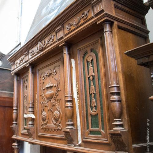 Credenza in legno rinascimentale con sportelli in vetro
