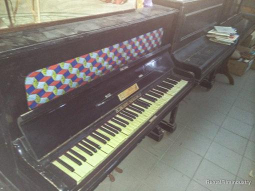 Pianoforte a muro con colore superiore