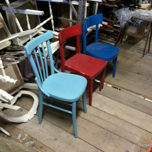 Sedie di colori vari in legno