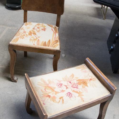 Sedia e poggiapiedi con tessuto a fiori