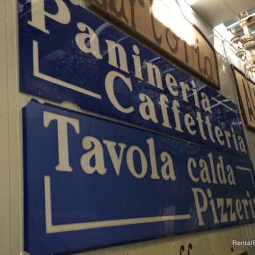 Insegne azzurre da pizzeria/ristorante