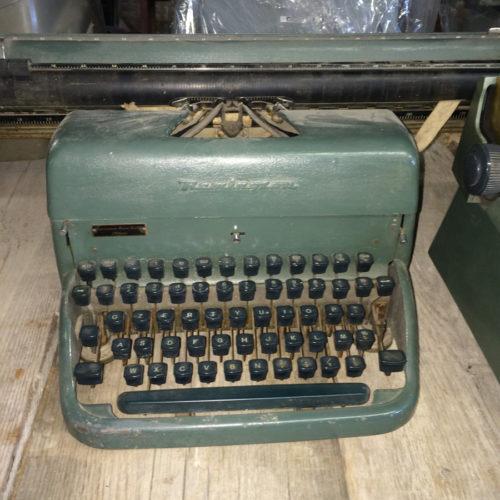 Macchina da scrivere verde vintage