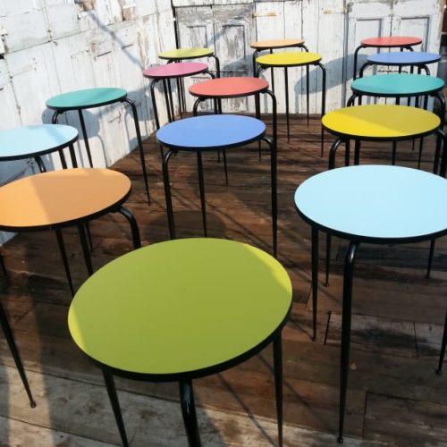 Sedie e tavoli da bar in varie forme e colori anni '70 tavoli rotondi