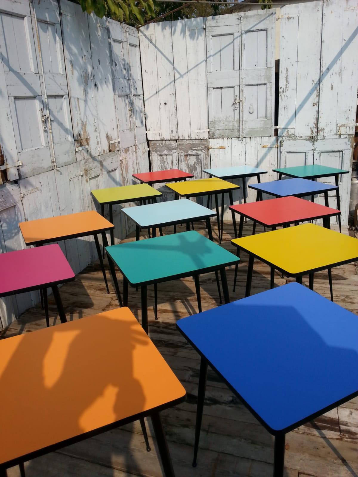 Anni 70 Colori sedie e tavoli da bar in varie forme e colori anni '70