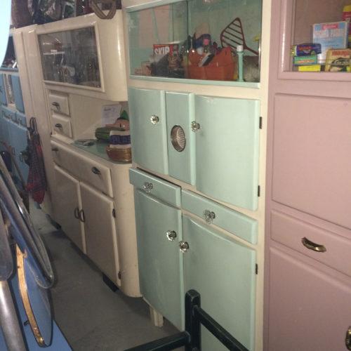 Credenza panna con cassetti e sportelli celesti anni '50