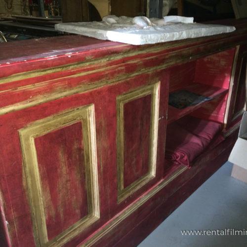 Bancone bordeaux e oro in legno