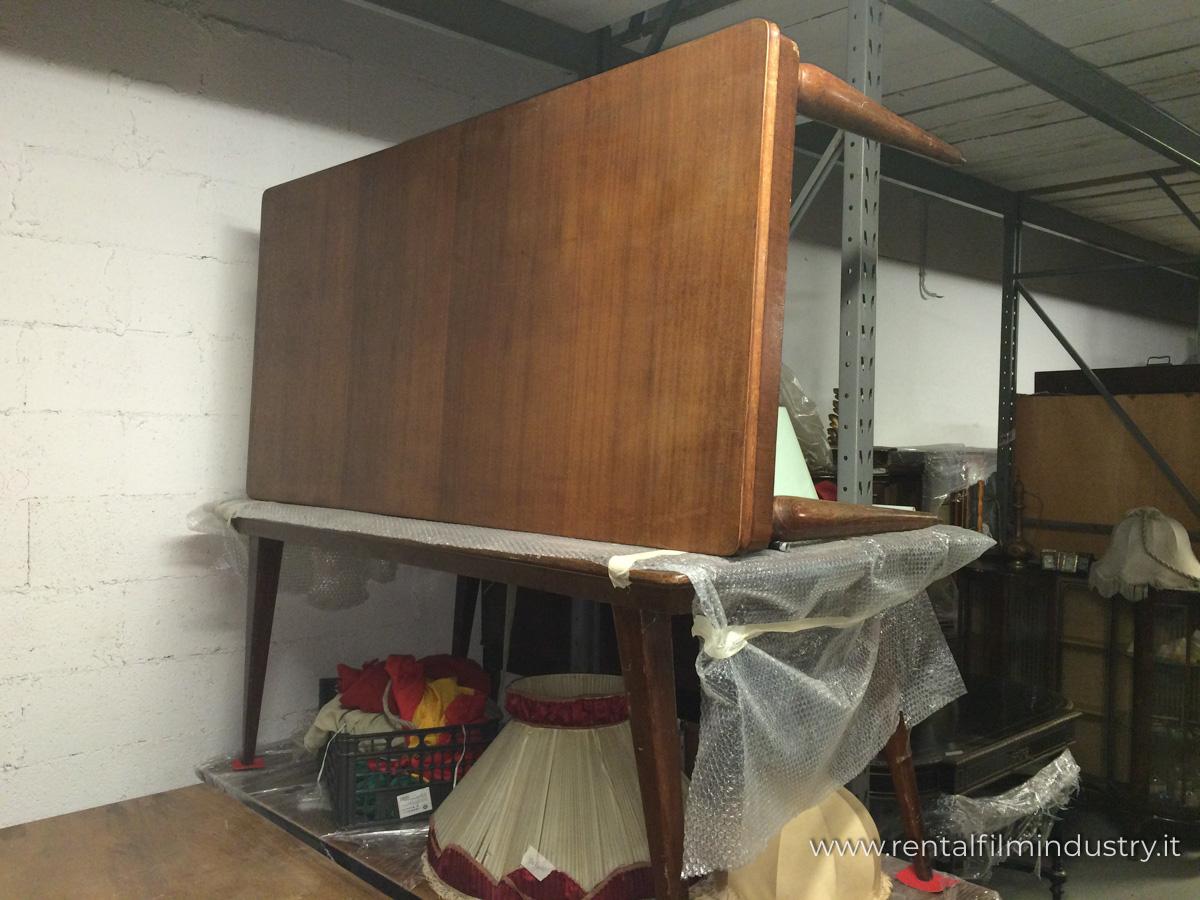 Tavolo da cucina in legno anni 39 70 rental film industry for Tavolo da cucina legno