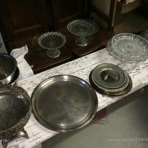 Vassoi e coppe in argento e vetro vari