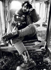 Stanley Kubrick in posa, con la macchina da presa