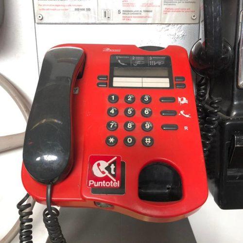 Telefono pubblico rosso moderno